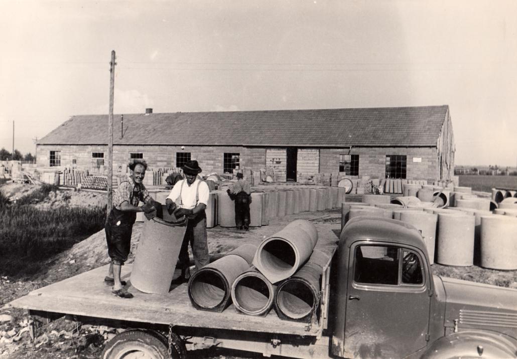 LKW-Beladung ohne Gabelstapler und Kran. Mit Hilfe einer Rampe wurden die Betonwaren mit reiner Muskelkraft verladen.
