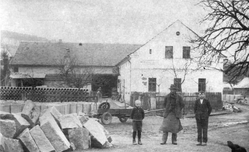 Georg Heller (Mitte) mit seinem Sohn Josef Heller (re.) vor dem Anwesen Nr. 69 in Pernartitz im Sudetenland.