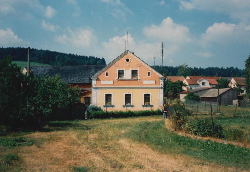 Haus Nr. 69 im Pernartitz. Die Aufnahme entstand während eines Besuchs in der alten Heimat in den 1980er Jahren.