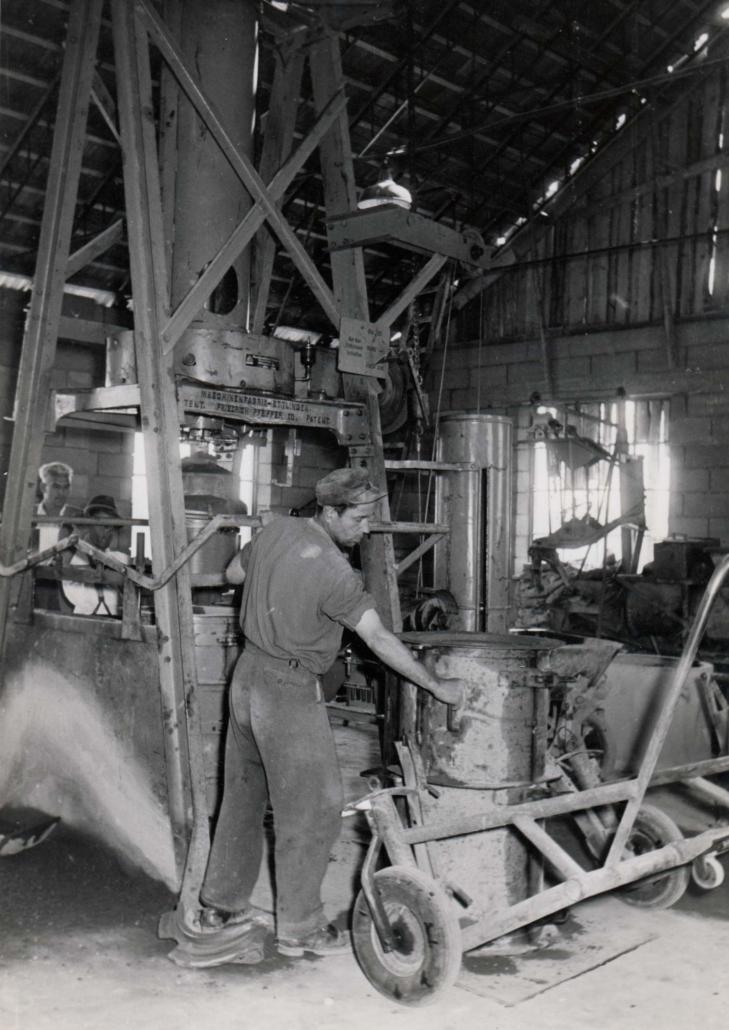 Einblick in die Produktion von Betonrohren in den 1950er Jahren.
